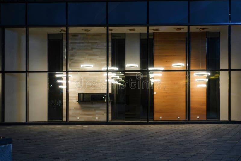 A janela de construção comercial moderna da loja conduziu a iluminação fotografia de stock