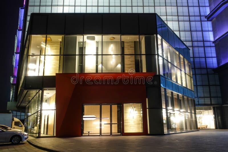 A janela de construção comercial moderna da loja conduziu a iluminação fotos de stock
