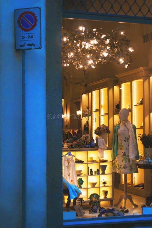 Janela de exposição da forma do boutique com manequim vestido fotos de stock royalty free