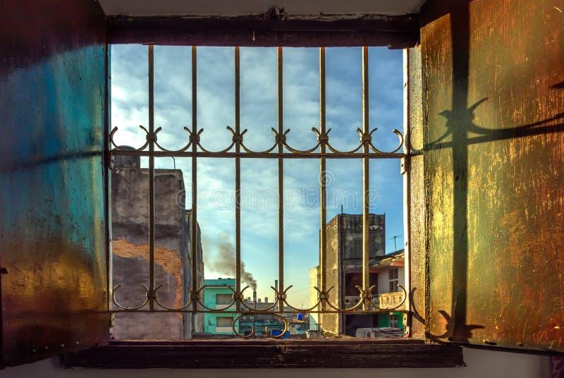 Janela de madeira aberta larga no claro, mundo da manhã com um azul imagem de stock