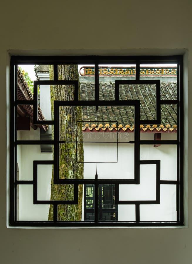 Janela de madeira chinesa do estilo tradicional no jardim verde imagens de stock