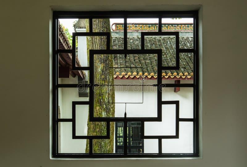 Janela de madeira chinesa do estilo tradicional no jardim verde imagem de stock royalty free