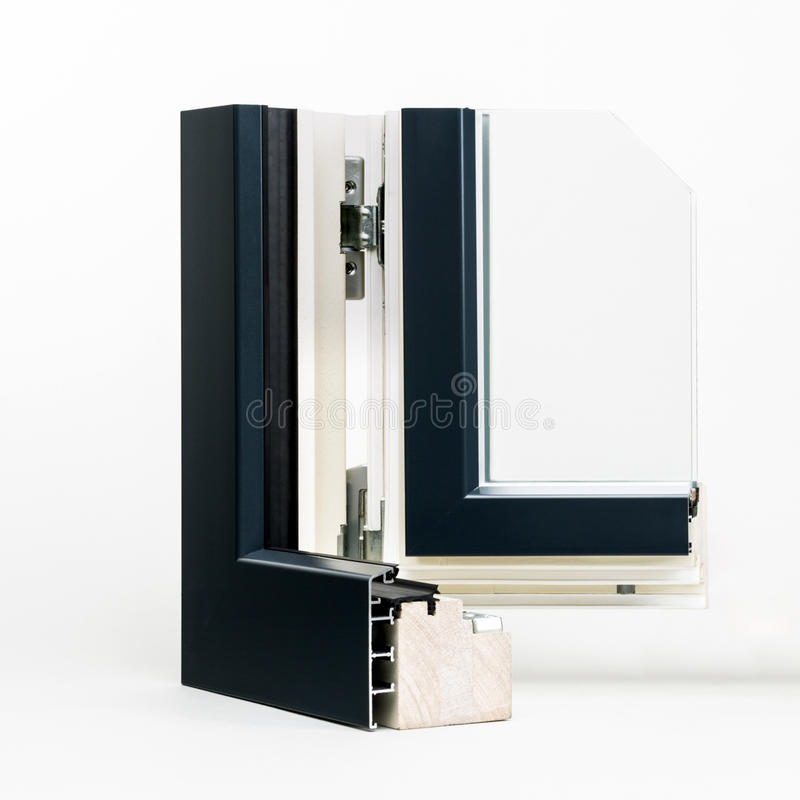 Janela de madeira com a amostra de alumínio do envoltório, imagens de stock
