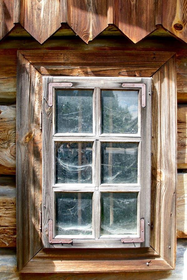 Janela de madeira com as teias de aranha atrás do vidro. Casa de campo tradicional, Polônia fotografia de stock royalty free