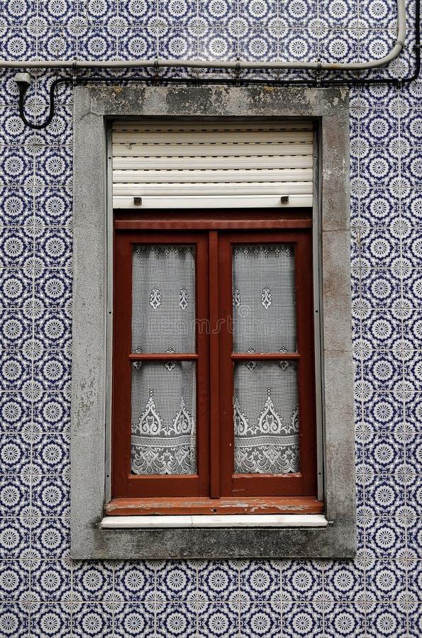 Janela de madeira na casa típica com as paredes azuis da telha imagem de stock royalty free