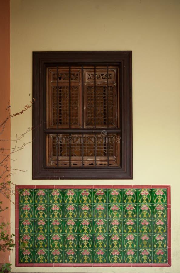 Janela de madeira na parede Abstracção imagens de stock