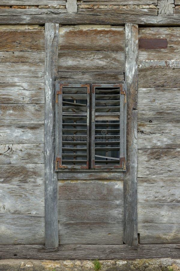 Janela de madeira velha com cortinas de madeira foto de stock