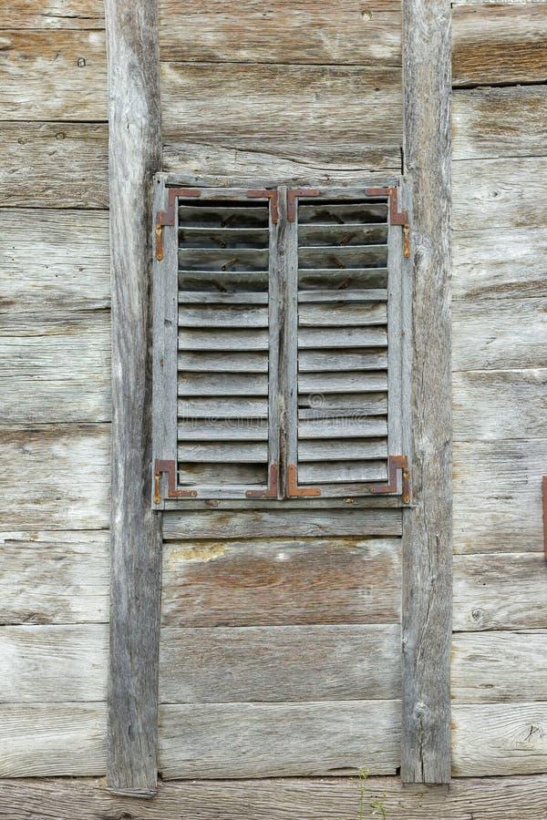 Janela de madeira velha com cortinas de madeira imagens de stock royalty free