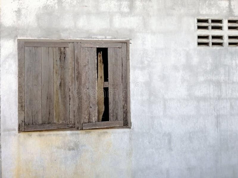 Janela de madeira velha na parede de tijolo do cimento imagens de stock