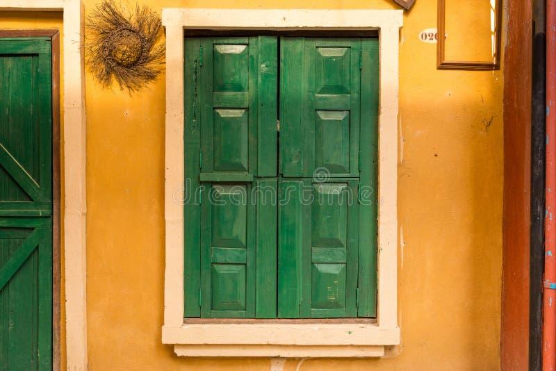 Janela de madeira verde na parede fotografia de stock royalty free