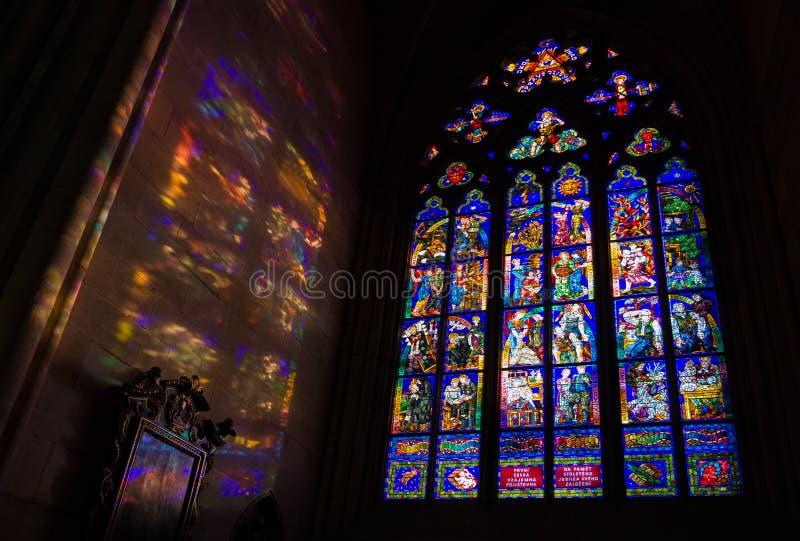 Janela de Mucha e testes padrões claros coloridos, St Vitus Cathedral, P foto de stock royalty free