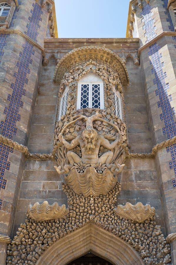 A janela de oriel decorativa com a escultura de Triton sobre a entrada da criação Sintra portugal imagem de stock