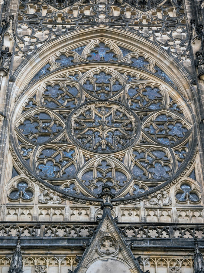Janela de Rosa decorativa da catedral de Saint Vitus, Wenceslaus e Adalbert em Praga imagem de stock royalty free