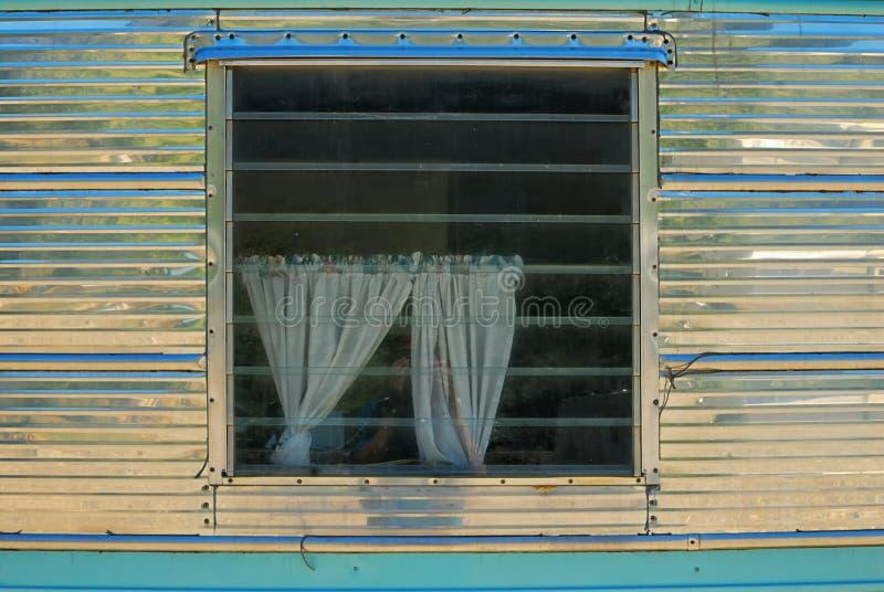A janela de uma casa brilhante do reboque do metal com drapeja imagens de stock