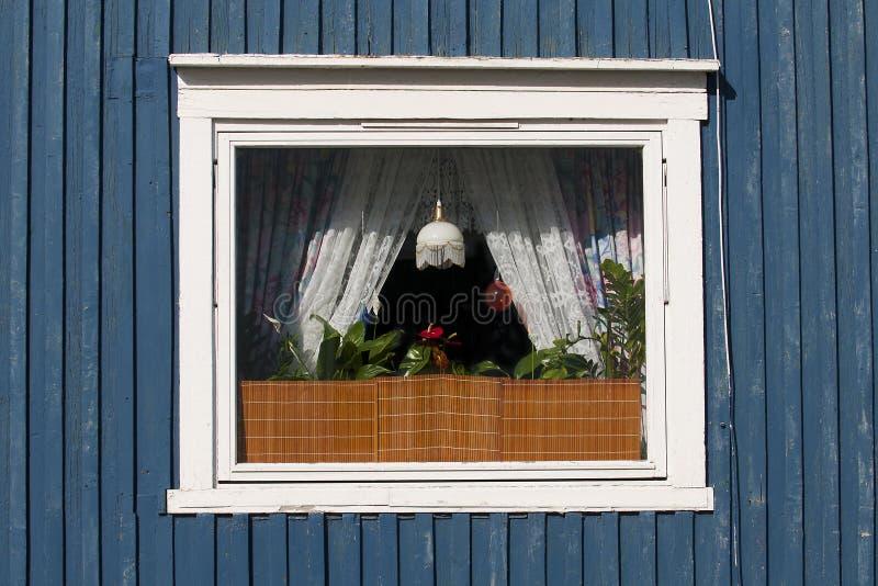 Janela de uma casa no polar norte fotos de stock