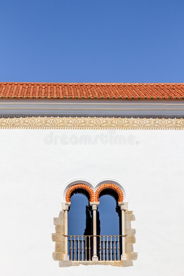 Janela de uma construção do Pateo de Sao Miguel, Évora, Portugal imagem de stock