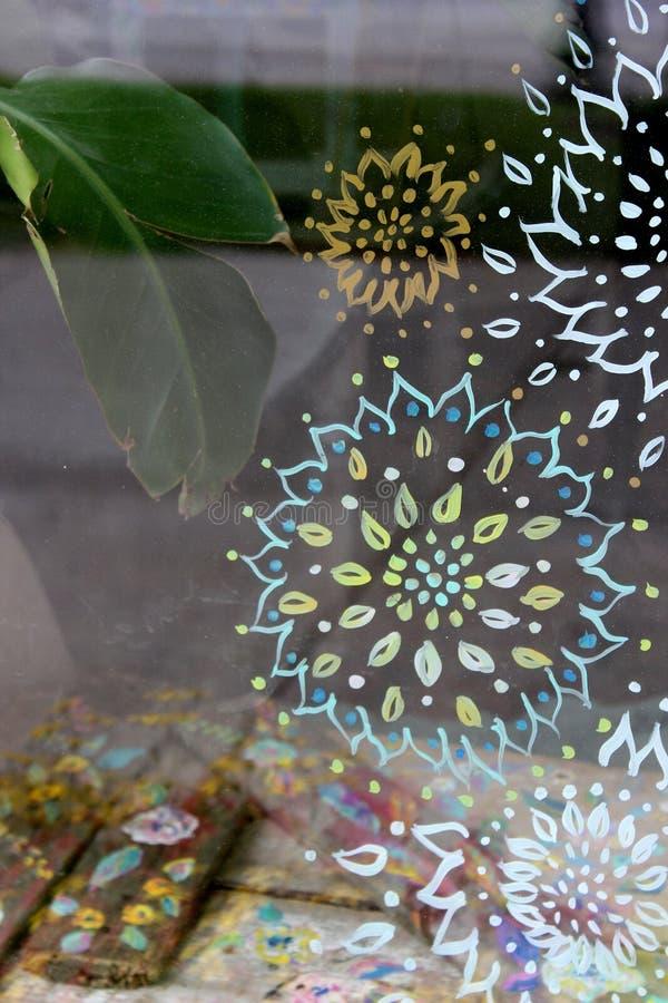 Janela de vidro bonita pintada com flores da primavera, mercadoria da montra no interior das tabelas, Saratoga, New York, 2018 foto de stock royalty free