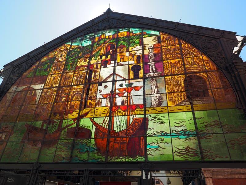 Janela de vidro pintada colorida acima da entrada do salão do mercado em Malaga, Espanha fotografia de stock royalty free