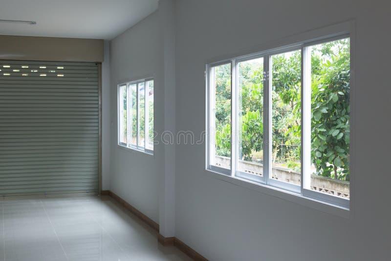 Janela de vidro que desliza no interior branco da parede fotos de stock