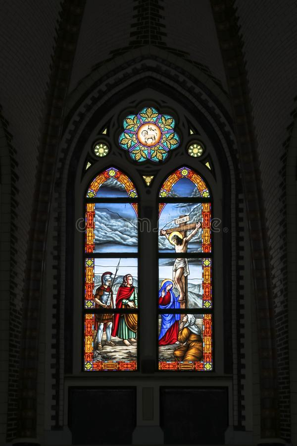 Janela de vitral colorida na catedral do St Marys em Yangon Myanmar Ásia foto de stock