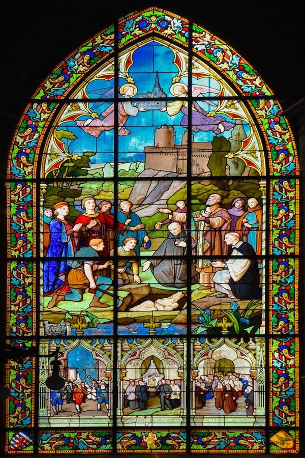 Janela de vitral de Saint-Sulpice da igreja de Fougeres imagem de stock royalty free