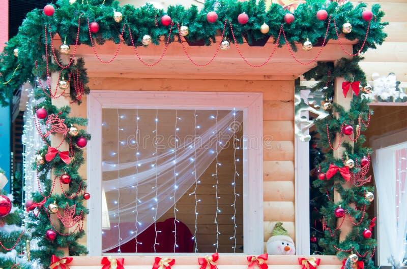 Janela decorada no estilo do Natal imagens de stock royalty free