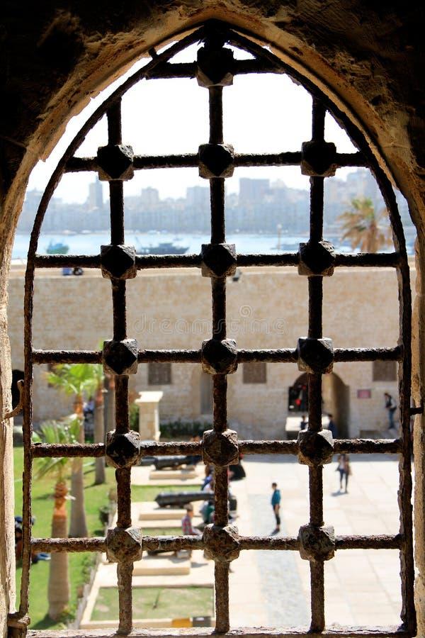 Janela dentro da citadela da baía Alexandria de Qaid, Egito fotos de stock royalty free