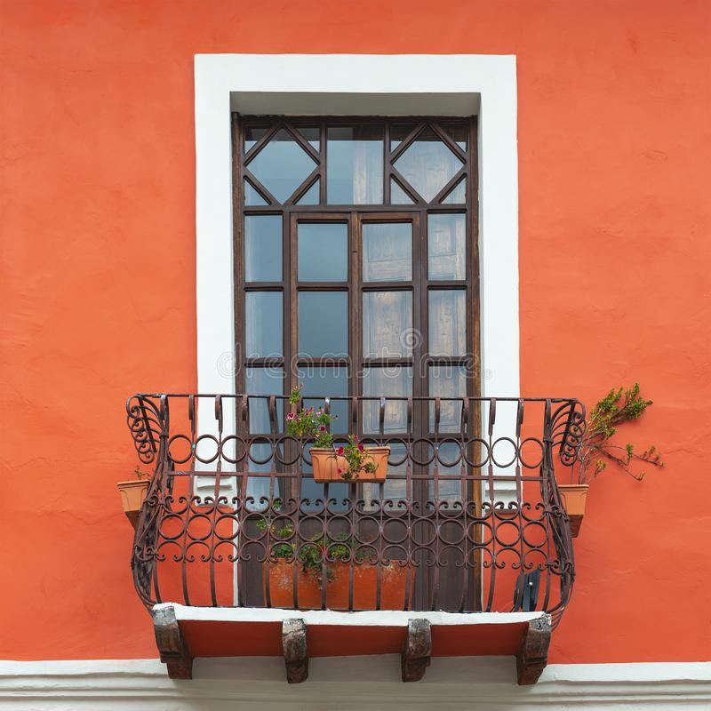 Janela do balc?o em Cuenca, Equador fotografia de stock royalty free