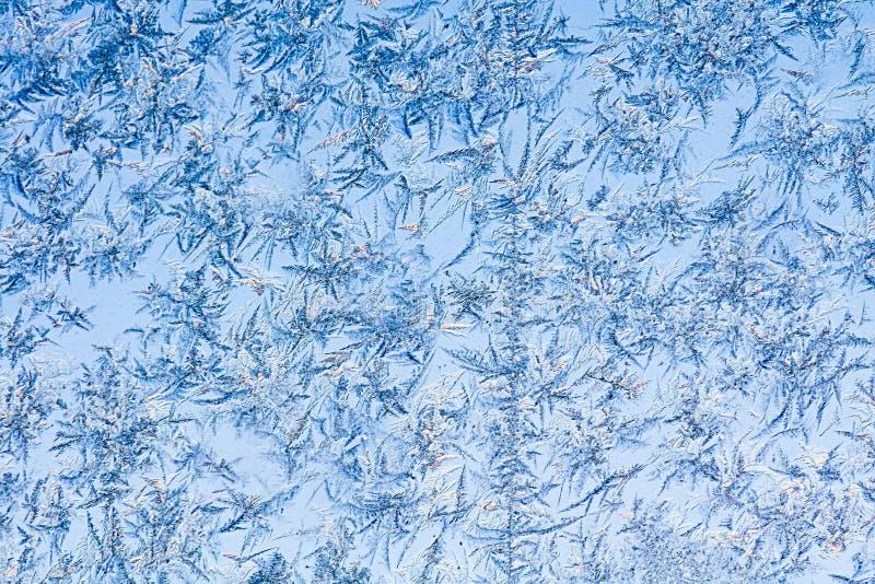 Janela do inverno e céu azul imagens de stock