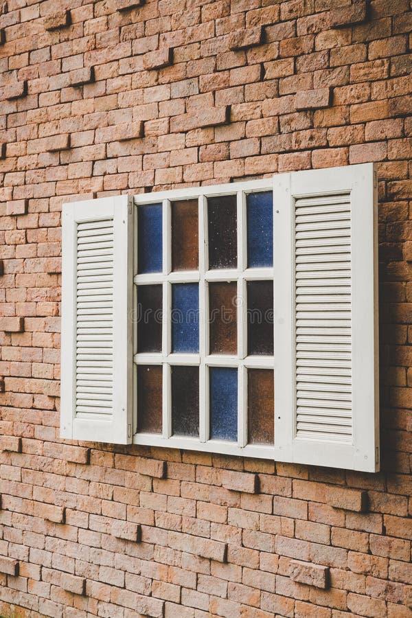 Janela do vintage na parede de tijolo fotos de stock