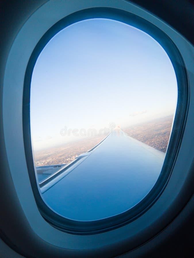 janela e asa do avião ilustração do vetor