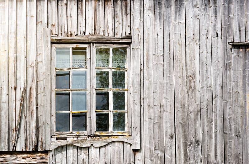 A janela e a madeira velhas muram, casa abandonada imagens de stock