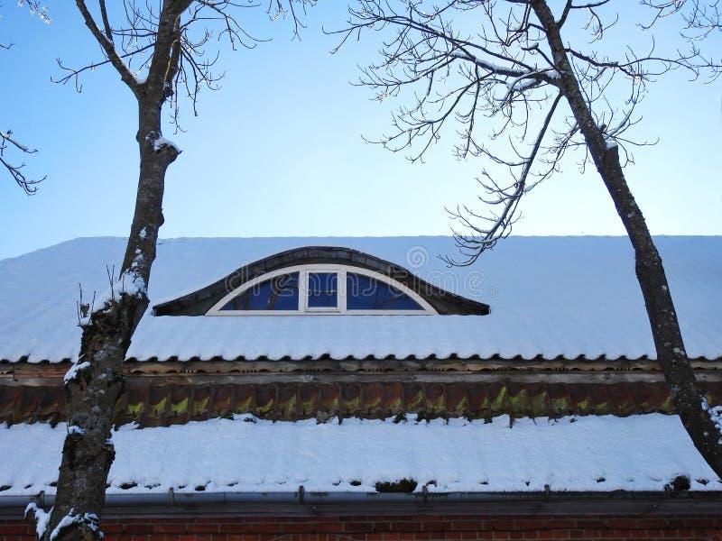 Janela e telhado home velhos, Lituânia fotos de stock royalty free