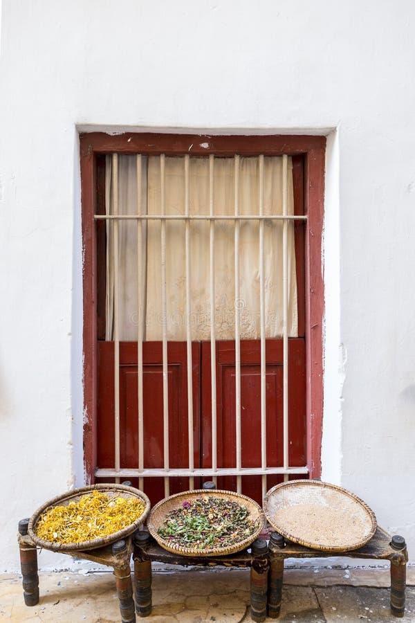 Janela em uma parede com as cestas que indicam ervas e especiarias das sementes para a venda e a secagem imagens de stock royalty free