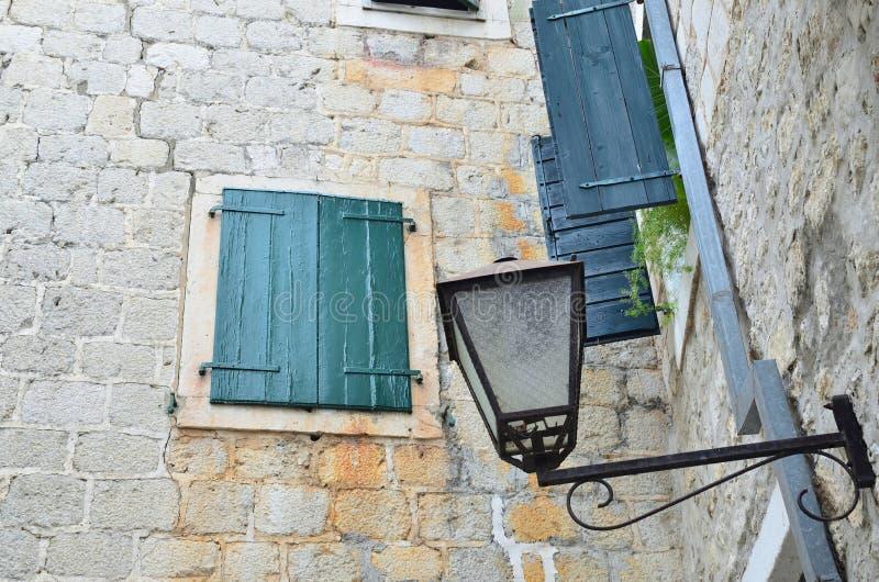 Janela fechado de uma casa de pedra imagens de stock royalty free