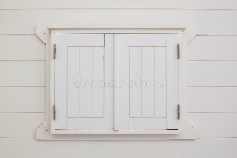 Janela fechado dos obturadores de madeira brancos imagens de stock royalty free