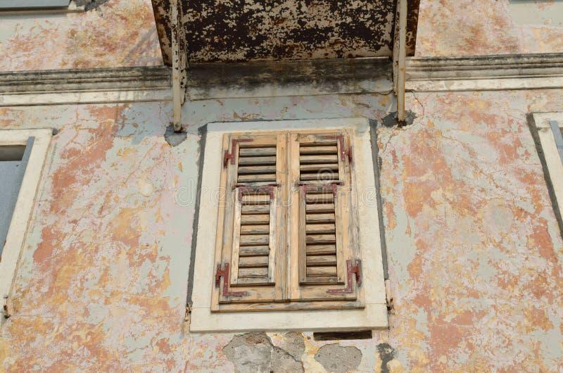 Janela fechado velha da casa imagens de stock royalty free