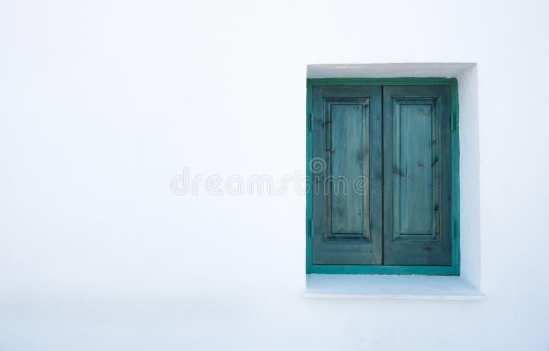 Janela fechado verde em uma parede branca fotos de stock royalty free