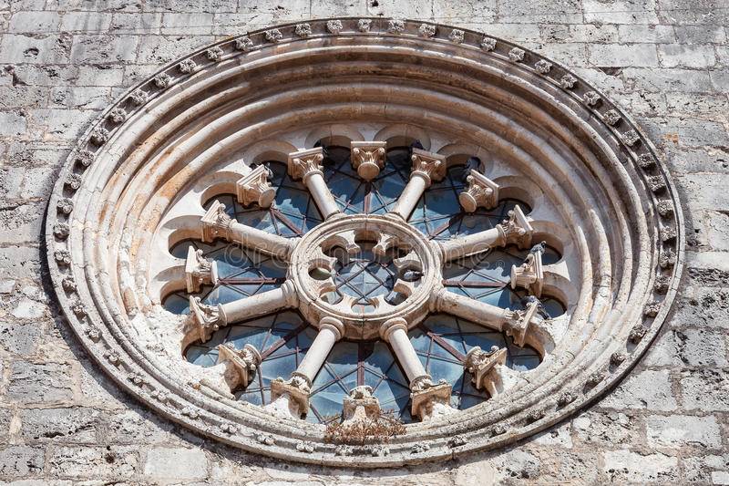 A janela gótico da roda igualmente chamada como Rose Window ou Catherine Window em Santa Clara Church foto de stock royalty free