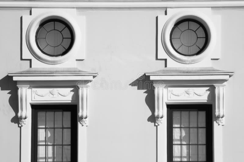 Janela incomum na fachada da casa velha imagem de stock royalty free