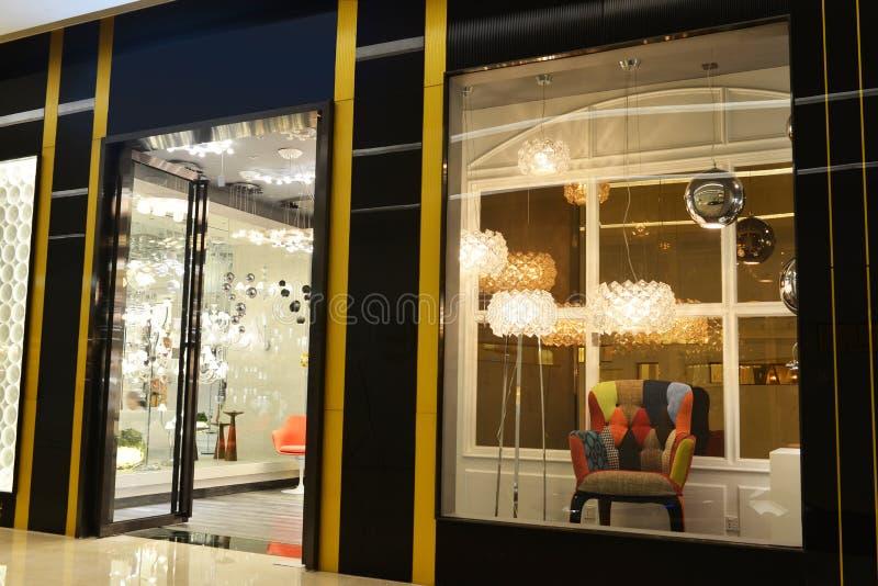 Janela luxuosa da loja da mobília da iluminação imagem de stock