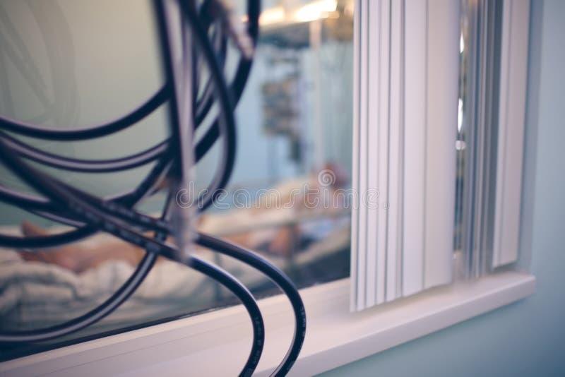 Janela na imagem de fundo borrada da sala de hospital imagem de stock royalty free