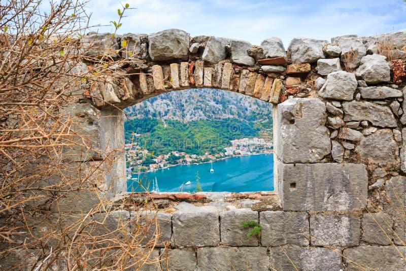 Janela na parede de pedra velha da fortaleza medieval imagem de stock royalty free