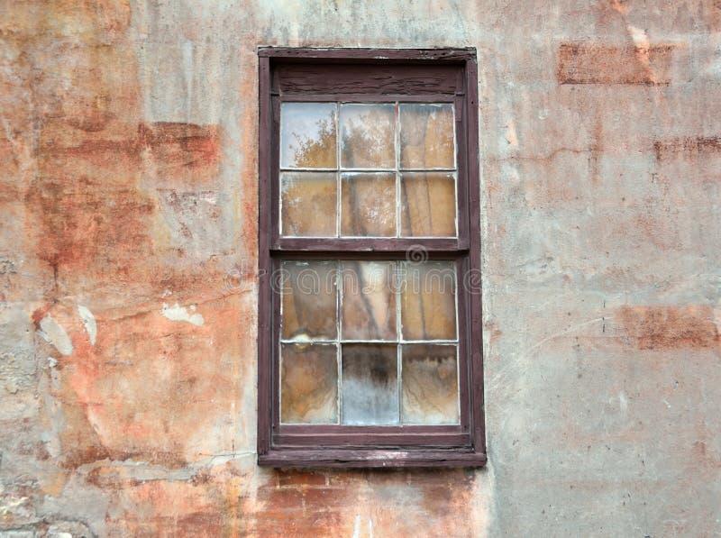 Janela na parede do envelhecimento em St Augustine, Florida fotografia de stock