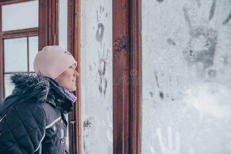 Janela na sala coberta com o mosaico gelado no inverno Testes padr?es de Frost no vidro fotos de stock