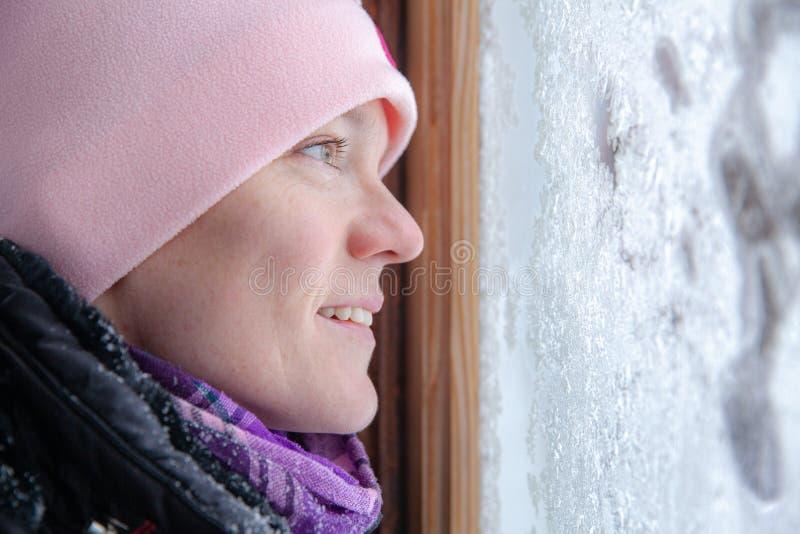 Janela na sala coberta com o mosaico gelado no inverno Testes padr?es de Frost no vidro foto de stock royalty free