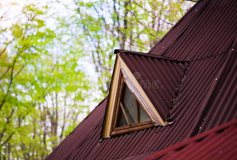 A janela no sótão da casa velha imagens de stock