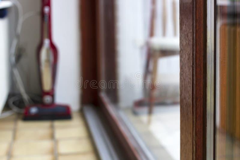 Janela panorâmico do PVC decorada sob uma árvore com uma janela dobro-vitrificada para, na perspectiva do interior doméstico e fotografia de stock royalty free