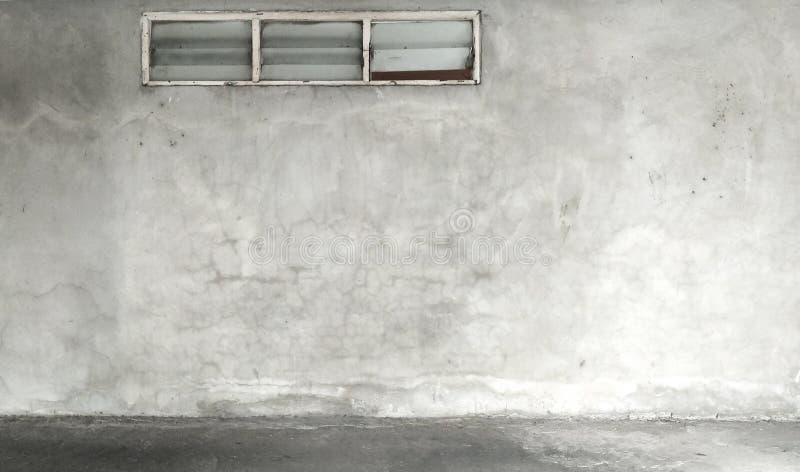 Janela, parede concreta do cimento do Grunge com quebra foto de stock