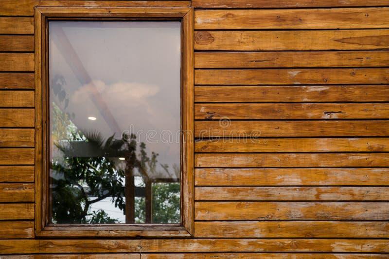 Janela, parede de tijolo, vidro - material, parede - característica da construção, peitoril da janela foto de stock